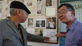 兄弟情深 畫家哥哥繪出記憶最深畫作畫家楊樹森(左)25日返鄉力挺作家弟弟楊樹清(右)的文學作品展,當兩人在展場看到「楊樹清誕生的一刻」素寫,回憶湧上心頭。楊樹森說,這是他記憶最深刻的畫作。中央社記者黃慧敏攝 109年5月25日
