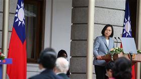 蔡總統發表就職演說(2)總統蔡英文(右)20日在台北賓館發表就職演說,她感謝防疫期間信任政府、保持公民美德的台灣人,以及居家檢疫與隔離的人忍受生活不便,成就台灣防疫成功。中央社記者謝佳璋攝  109年5月20日