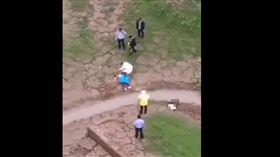 攜2子女墜橋!28歲女「直撞黃土」釀3死 網嘆:太委屈(圖/翻攝自微博)