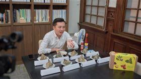 林智堅吃肉粽(新竹市政府提供)