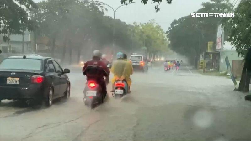 高雄多處積水深 用路人冒險涉水通勤