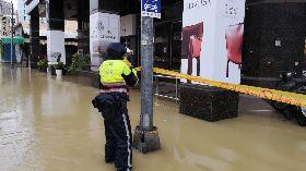 大雨滂沱  高市多處積水封路