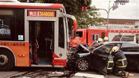 公車,對撞,受困,土城,翻攝畫面