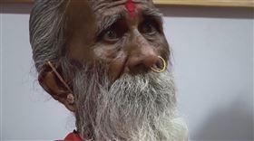 印度阿默達巴德(Ahmedabad)一男子宣稱自己從8歲起就不吃不喝,長年來只靠著修行、瑜珈生活,是當地的傳奇人物;而這長達82年只吸空氣的人生,於26日清晨畫下句點,享耆壽91歲。(圖/翻攝自YouTube)