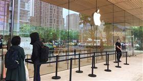 iphoneSE 第二代4月24日(4/24)開賣,蘋果,蘋果門市。(圖/記者簡若羽攝影)