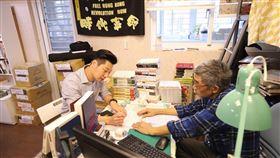 林昶佐拜訪香港銅鑼灣書店創辦人林榮基。(圖/翻攝自林昶佐臉書)