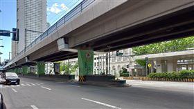 馬尼拉封城 大馬路上幾無車輛為遏阻2019冠狀病毒疾病(COVID-19)蔓延,菲律賓各大城市封城,大馬尼拉地區封城下,4月3日可見馬路上只有兩、三輛車。中央社記者陳妍君馬尼拉攝 109年4月13日