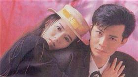 黃日華開心上傳與老婆梁潔華的合照,並寫著:「今天我們結婚了(25年前)!銀婚快樂、永遠恩愛!❤️」(圖/翻攝自黃日華微博)
