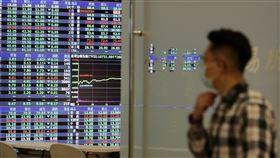 台股開低走低  跌271.66點台北股市4日開低走低,收盤跌271.66點,為10720.48 點,跌幅2.47%,成交金額新台幣1896.23億元。中央社記者張皓安攝  109年5月4日