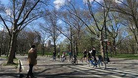 紐約客防疫  中央公園騎單車戴口罩紐約州政府為遏阻病毒散播,要求民眾在無法保持6英尺(約183公分)社交距離的公共場合遮住口鼻,中央公園部分單車騎士戴起口罩。中央社記者尹俊傑紐約攝  109年5月6日