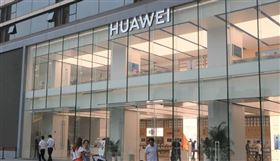 日本讀賣新聞報導,日本政府去年4月開始針對中央省廳的通訊設備採購訂出方針,在採購時不僅要考慮價格問題,也要考慮安全保障的風險。此舉主要是為了排除中國電信設備大廠華為、中興通訊等。圖為華為位於上海的一間門市。(中央社檔案照片)