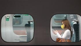 高鐵宣布4月起自備口罩全程配戴台灣高鐵配合政府防疫措施,自4月1日起,要求旅客搭乘高鐵自備口罩並全程配戴。若進站前不及準備口罩者,站內超商可購買泡棉口罩。中央社記者鄭傑文攝 109年3月31日