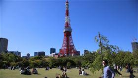 疫情緊張 東京週末出門透氣者多武漢肺炎疫情嚴峻,日本政府呼籲民眾少出門,但19日週日天氣晴朗,東京鐵塔附近公園可看到很多遊客。中央社記者楊明珠東京攝 109年4月20日