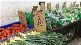雨襲葉菜產地雲林 交易均價續攀升受豪雨影響,台北果菜批發市場葉菜類交易均價持續攀升,28日對比19日下雨前漲幅近4成,不過傳統市場零售價仍親民,短期葉菜類2包25元仍居多,青蔥4把50元。中央社記者楊淑閔攝 109年5月28日