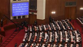 中國全國人大通過港版國安法授權立法決定中國第13屆全國人民代表大會第三次會議28日在北京人民大會堂舉行閉幕式。會議表決通過「全國人民代表大會關於建立健全香港特別行政區維護國家安全的法律制度和執行機制的決定」,授權制定港版國安法。(中新社提供)中央社  109年5月28日