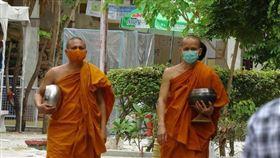 為了控制疫情,泰國從3月下旬實施緊急狀態至6月底,國內和跨國移動都受到限制。泰國官員28日表示,7月起將完全解禁圖為泰國寺廟僧侶戴上口罩,托著缽準備前往食堂用餐。中央社記者呂欣憓曼谷攝 109年5月6日