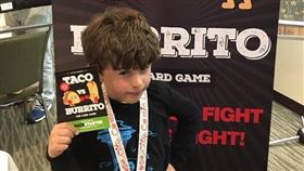 西雅圖有位9歲的創業家男孩,2019年年收入超過100萬美元(約新台幣3000萬元),他發明的紙牌遊戲在疫情期間是美國電商平台上的熱門款遊戲。(圖/翻攝自臉書)