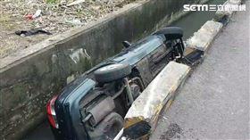 台中轎車撞進大排水溝