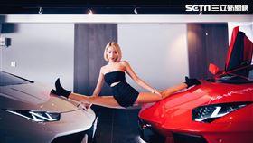 ▲樂天女孩卉妮在2台藍寶堅尼引擎蓋劈腿。(圖/卉妮提供)