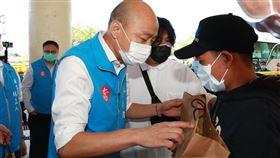 遠洋漁船返國…韓國瑜破防疫嗨跟船員握手 陳時中:不建議