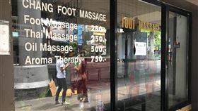泰國6月1日第三波解禁 開放按摩店營業泰國疫情趨緩,疫情指揮中心宣布6月1日進行第三波解禁,允許電影院、按摩店、健身房、會展中心等開放營業。圖為曼谷席隆區關門的按摩店。中央社記者呂欣憓曼谷攝 109年5月29日