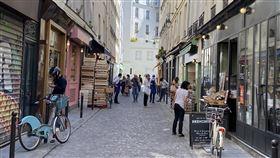 解封後街道恢復生機  餐廳營業各出奇招法國解封進入第三週,街道逐漸恢復熱鬧。恢復營業的巴黎餐廳依規定只能提供外帶或外送,部分店家封住店門口,讓民眾在外點餐。中央社記者曾婷瑄巴黎攝 109年5月29日