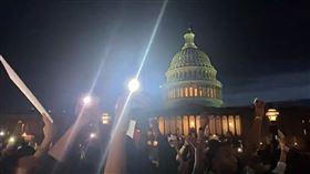 民眾在華府白宮外抗議(圖/翻攝自推特)