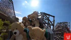 泰迪熊搭乘雲霄飛車上下擺動。(圖/翻攝自YouTube)