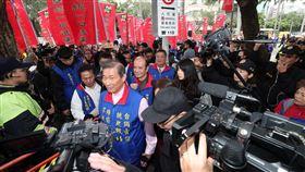 統促黨立法院外抗議(1)針對行政院長蘇貞昌的一支掃把說法,中華統一促進黨總裁張安樂(前)26日率眾到立法院抗議,張安樂表示,願為兩岸和平統一隨時奉獻生命。中央社記者吳家昇攝  108年2月26日
