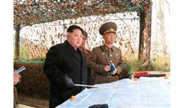▲朝鮮北韓金正恩視察時,李成國(右)一旁解釋。(圖/截自韓國媒體)