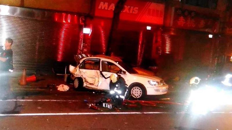男酒駕載正妹見警心虛 踩油門加速逃驚悚追撞2車害一死