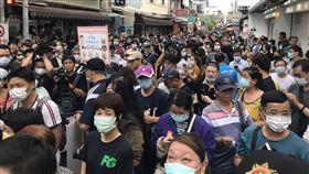 ▲陳時中到訪台南國華街民眾擠爆。(圖/記者花芸曦攝影)