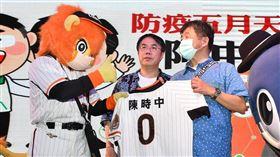 萊恩和魚頭君歡迎陳時中部長到台南。(圖/統一獅提供)