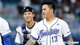 富邦悍將獲勝賽後,守護神陳鴻文與林宥穎慶祝。(資料照/記者林聖凱攝影)