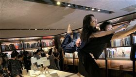 台灣首位太陽馬戲團前首席舞者張逸軍領銜演出「書店裡的舞蹈」。(圖/記者陳宜加攝影)