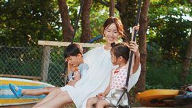 女星隋棠和老公Tony/大兒子Max、女兒Lucy。臉書