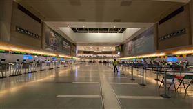 疫情衝擊美國航空業疫情影響下,美國航空業受到衝擊,圖為冷清的洛杉磯國際機場。中央社記者林宏翰洛杉磯攝  109年5月26日