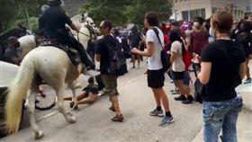 ▲休士頓騎警踐踏抗議市民。(圖/翻攝自推特)