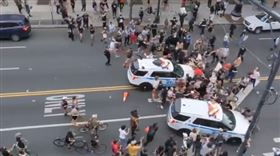 美國,紐約市,警車,佛洛伊德,示威者(圖/翻攝自推特@yashar)