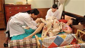 方文琳和米可白在《生生世世》為許蓁蓁接生(台視提供)