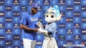 ▲悍將洋投索沙拿下單場MVP。(圖/記者劉彥池攝影)