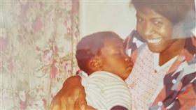 美國佛洛伊德童年照曝光,嘴裡不斷念著母親。(圖/翻攝自臉書)