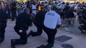 全美示威這裡景象不一樣 佛州警單膝跪 (圖/翻攝自推特)