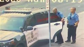 最新暴力執法影片外流!白人警後座「猛毆」…他一旁看好戲