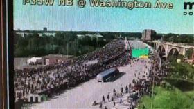 影片曝光!油罐車高速直衝示威人群…駕駛引眾怒遭拖出狂歐 圖/翻攝自@Seth_Kaplan推特