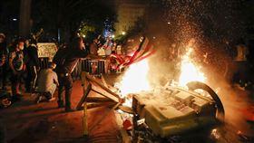 白宮外遭暴民放火,場面一片混亂。(圖/美聯社/達志影像)