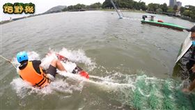 ▲Allen嘗試在滑水板上站立,不料才不到1秒,就慘摔落水。(圖/烙野孩 授權)