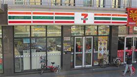 ▲解決勞動短缺問題,日本便利商店常雇用大量外籍勞工。(示意圖/翻攝自維基百科)