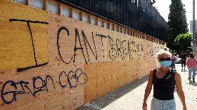 示威變調 洛杉磯商店釘木板防砸