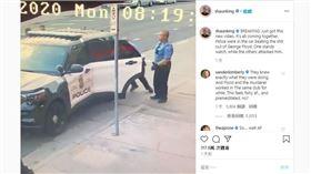 ▲最新警方執法的影片,從另個角度看來車門不斷晃動,疑似警方在車上有毆打對方的狀況。(圖/翻攝自社運人士尚恩金IG)